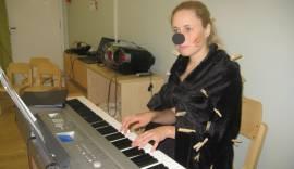 Siil klaverit mängimas