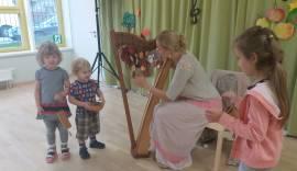 Lapsed harfimängu proovimas